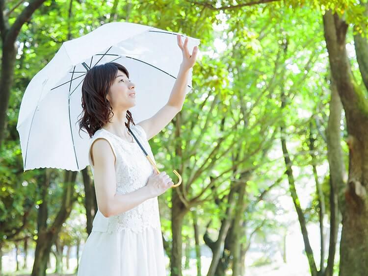 日光を浴びている女性イメージ