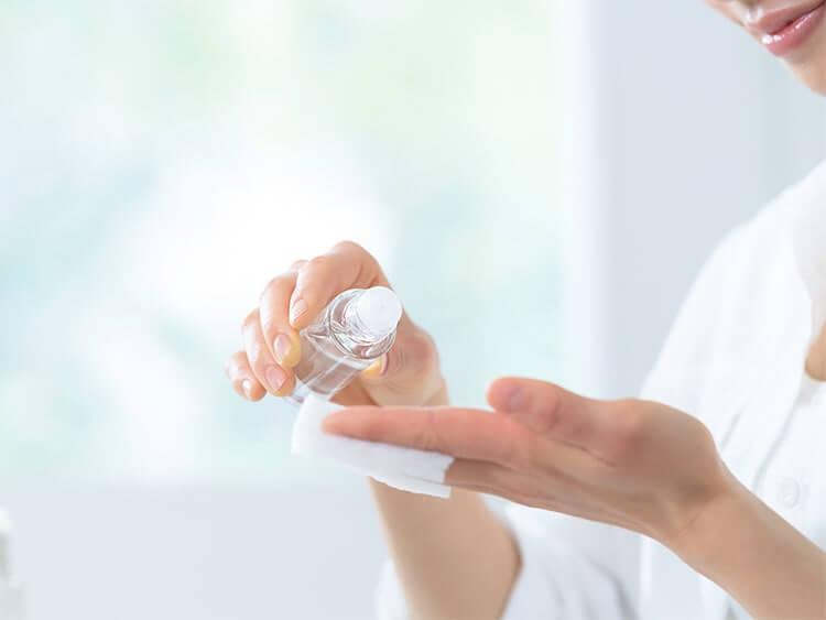 基礎化粧品を使用する女性イメージ