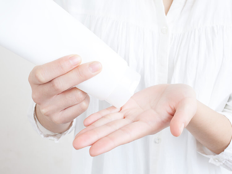 清潔な手でクレンジング剤を使用