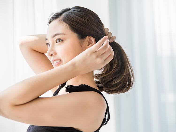 髪の毛をケアする女性イメージ