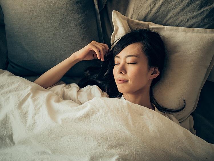 眠っている女性イメージ