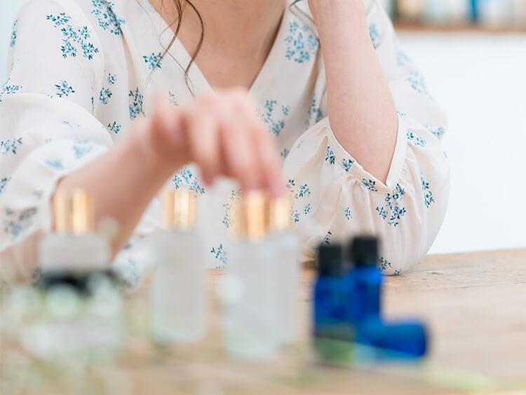化粧品を選んでいる女性イメージ