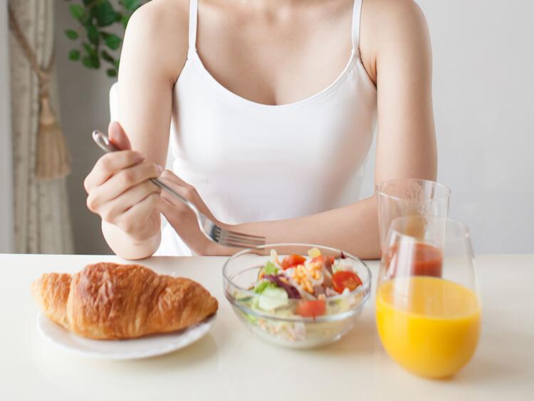 栄養素を摂取する女性イメージ