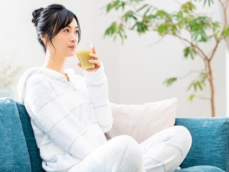 健康ドリンクを飲む女性イメージ