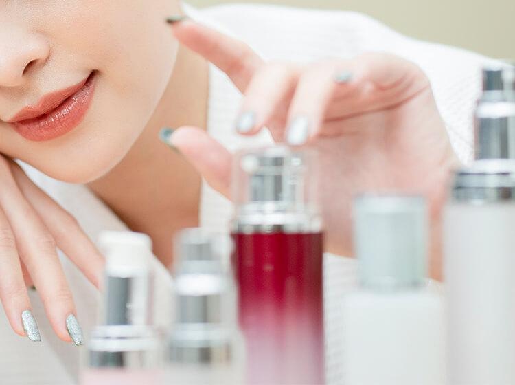化粧品を選ぶ女性イメージ